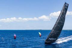 IMOCA Hugo Boss im Wettlauf gegen zwei Kitesurfer