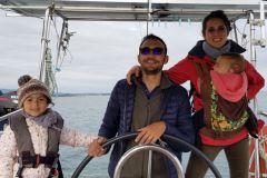 Auf dem Weg zu uns, eine Segelbootfahrt, um sich wieder auf die Familie zu konzentrieren