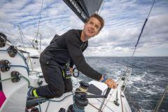 Tom Laperche erzählt in einem Podcast über ein nächtliches Surfen auf einem Mehrrumpfboot