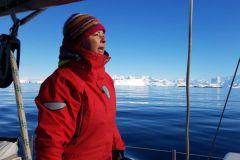 Episode 7/8, ein großer Wasserweg erscheint im Boot in der Antarktis