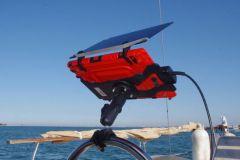 Ein Regal in seinem Schutz mit der Sonnenblende am Steuer eines Segelbootes
